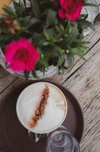 Café Test Ulm Blog Serie coffeehäusle Pano unephotodeceline Cappuccino Blumen