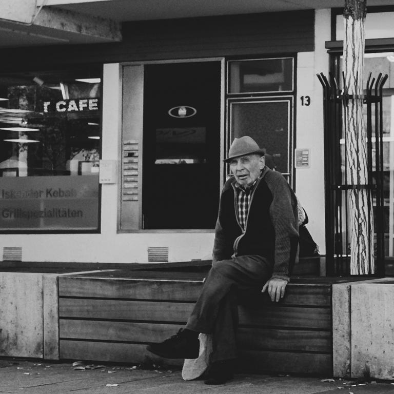 man waiting Ulm street photography Blog unephotodeceline