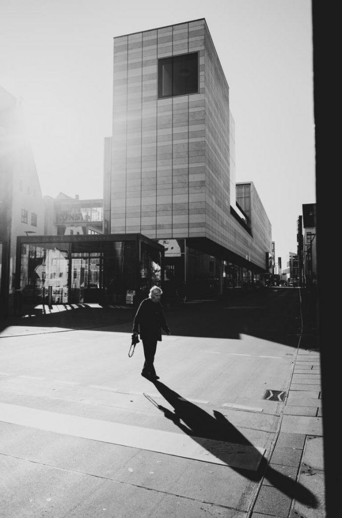 man crossing shadow Ulm street photography Blog unephotodeceline