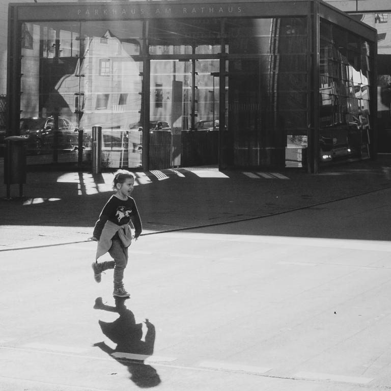 girl crossing Ulm street photography Blog unephotodeceline